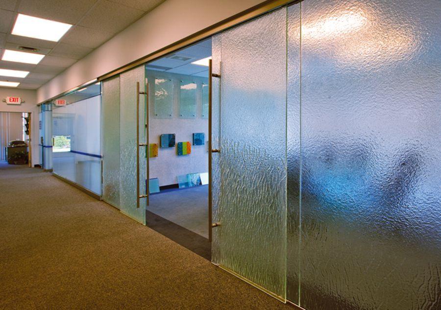 pared y puertas correderas de cristal
